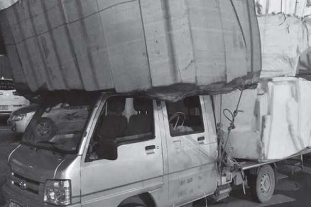 """馱著""""小山""""跑 小貨車被處罰"""