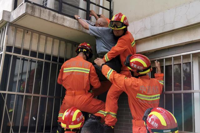 """80岁老人被困 消防员肉身搭""""人梯""""施救"""