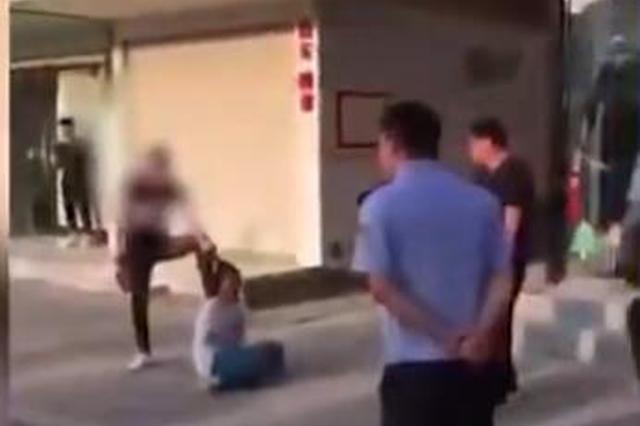 安徽男子持刀挟持母亲 民警:系精神病患者