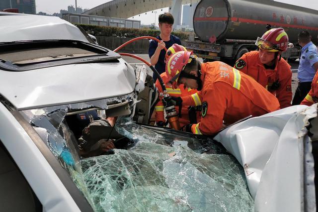 高速入口五車連撞一人被困 合肥消防緊急救援