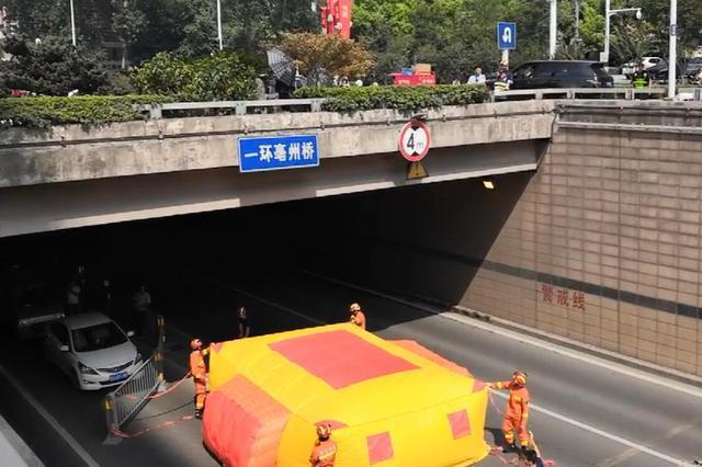 女子连续两天同一位置跳桥 消防队员一把抱住化解危机
