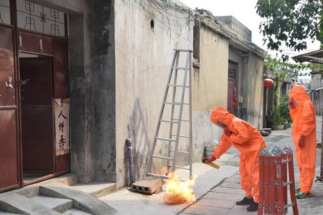 """马蜂油烟机管道""""安家"""" 消防员急火攻""""芯""""解民忧"""