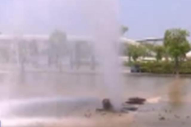 安庆:驾驶员疏于观察 行车撞倒消防栓