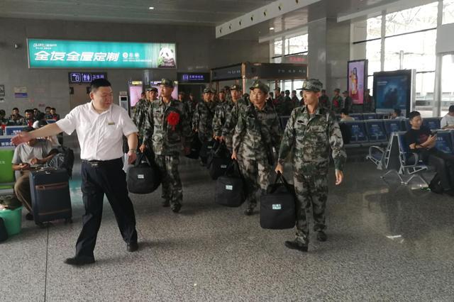 蚌埠南站迎新兵运输高峰