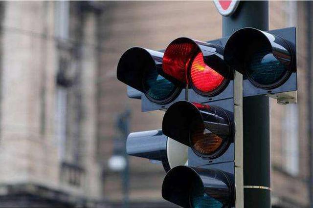 凌晨先后闯红灯两货车司机被罚