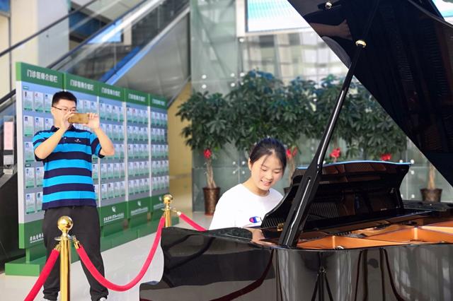 合肥一医院将钢琴搬进门诊大厅