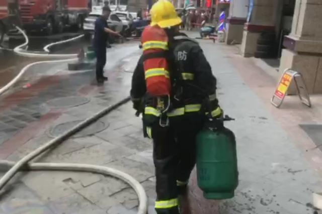 门面房着火 消防队员火场中抱出煤气罐