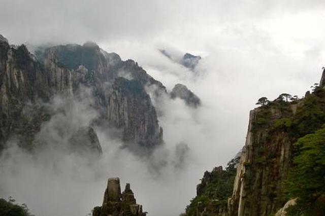 安徽:千余游客黄山之巅共同祝福祖国