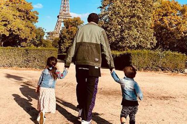 周杰伦晒与儿子女儿出游照 左右手牵娃温馨有爱