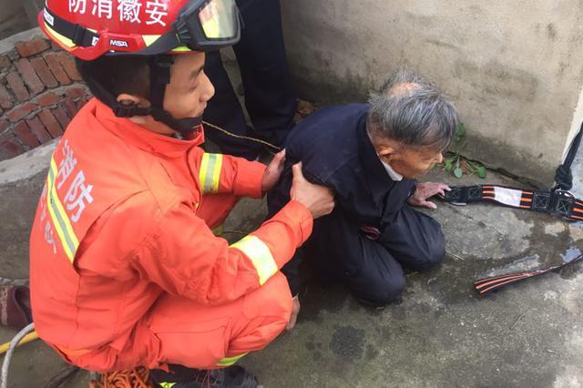 80岁老人深陷十米水井 合肥消防火速救援