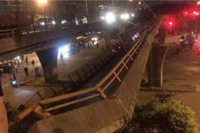 江苏无锡一高架桥发生垮塌 3辆小车被压桥下