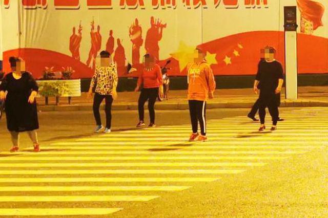 安徽阜阳大妈们斑马线上跳舞 行人只好机动车道通行
