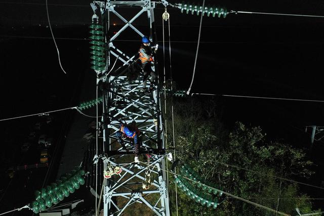 黄山市首次实行跨高铁及公路电力夜间作业