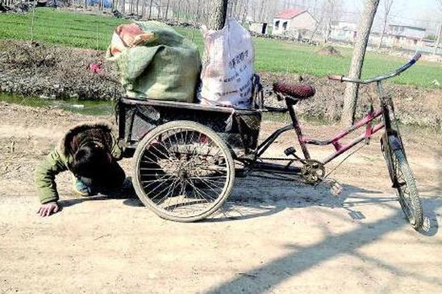 老人骑三轮捡废品 却捐款捐物帮他人
