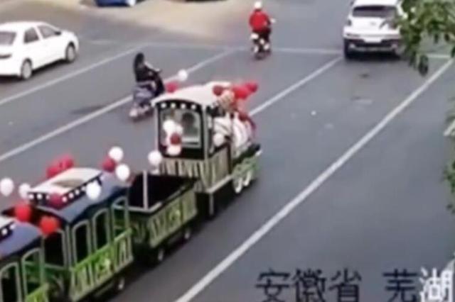 芜湖市区路上开观光小火车接亲 安徽交警要求拆解拖走