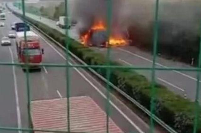 突发:合六叶高速六车追尾 一辆客车起火