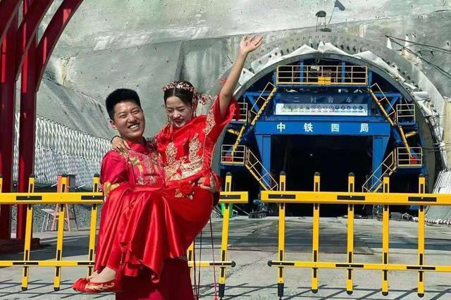 106对新人在铁路建设项目工地举办浪漫婚礼