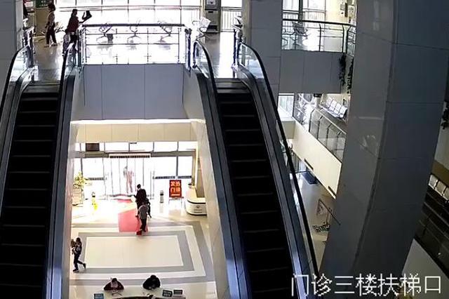 用时12秒 安徽这名辅警救下电梯上滑倒的祖孙俩