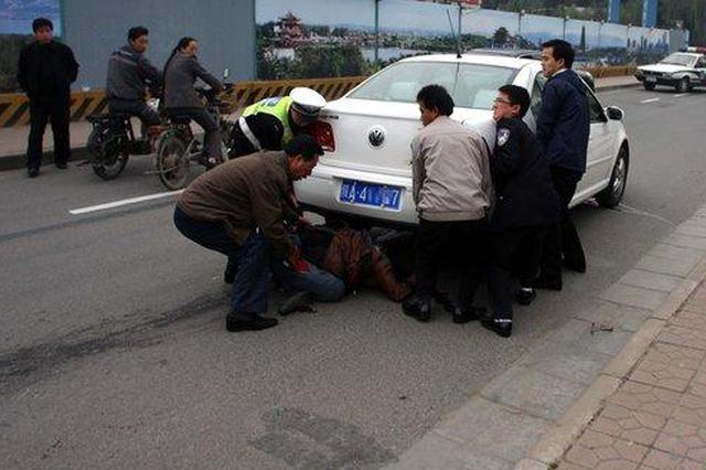 安徽女子被撞倒卷入车底 众人紧急抬车施救