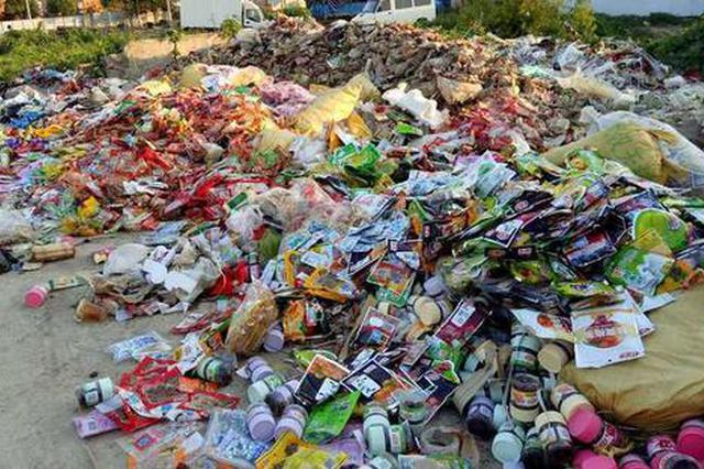 过期食品乱扔腐臭扰民 社区获悉及时清运解决