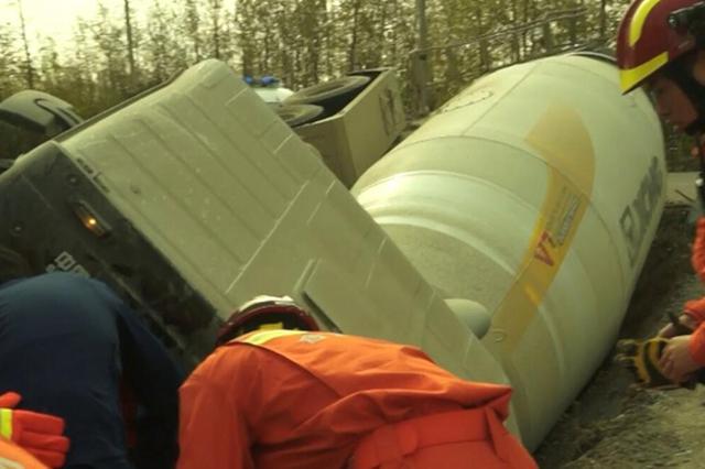 合肥:搅拌车翻车一人被困 消防紧急救援
