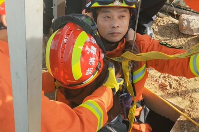 男童坠入深井 合肥消防紧急救援