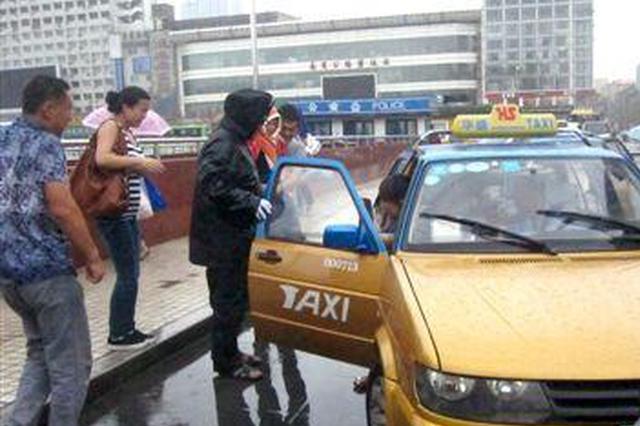 合肥:万元现金丢出租车上 好心的哥立即送还