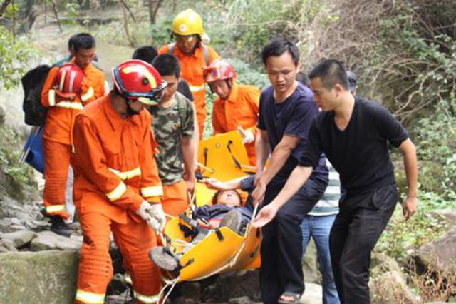 男子驾车坠河陷入险境 民警紧急营救转危为安