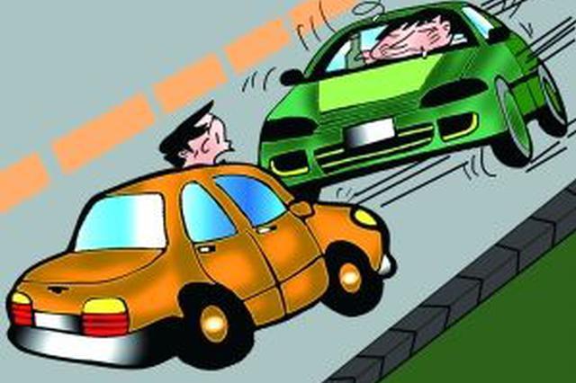 安徽一男子驾车逆行被查 抗拒执法反把孩子强塞给交警