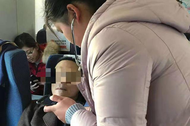 乘客高铁上突发急症 安徽三名护士出手相救