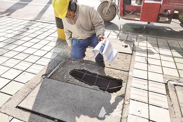 井盖破损露钢筋  险些伤人
