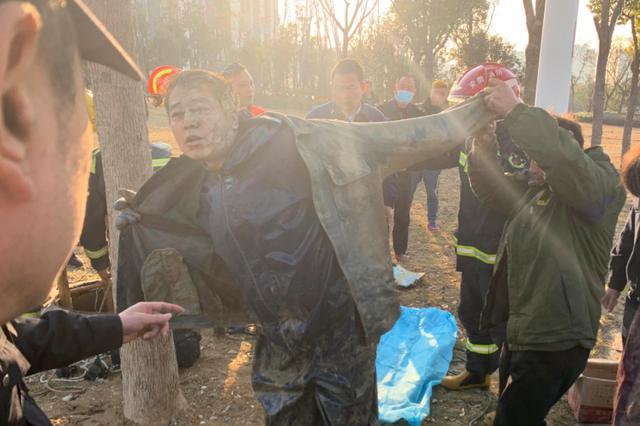 地下管道塌方两人被困井下 消防员及时伸援手