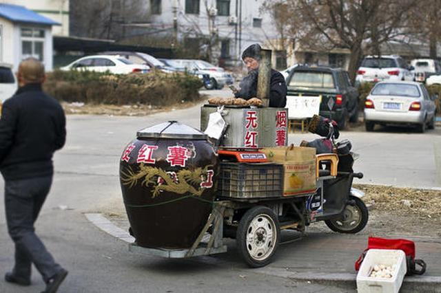 三度买烤红薯劝离小贩 这位城管执法有温度