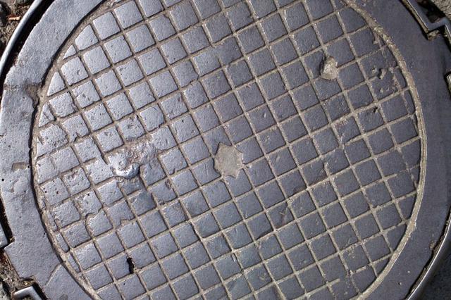 老年大学门前的破损通信井盖谁来修