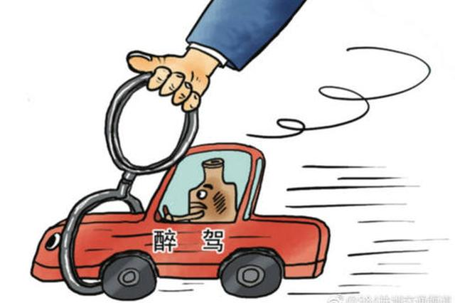 芜湖一男子醉驾撞上路灯 自打耳光求放过