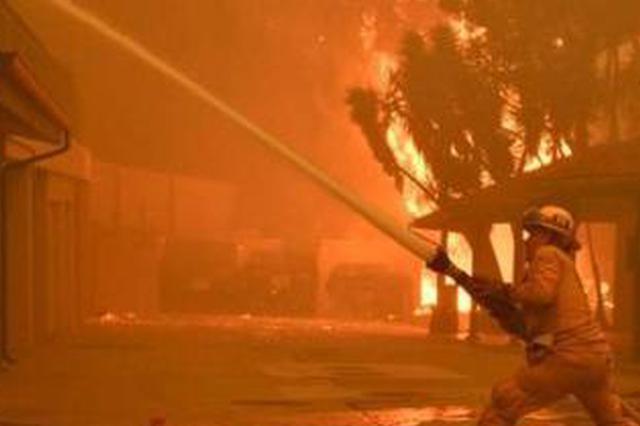 """消防员不甘放弃 火场老人""""起死回生"""""""