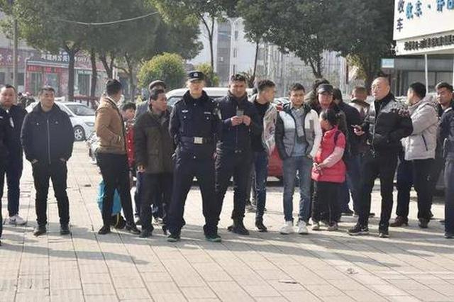 """芜湖警方押解""""5.9""""案嫌犯辨认犯罪现场"""