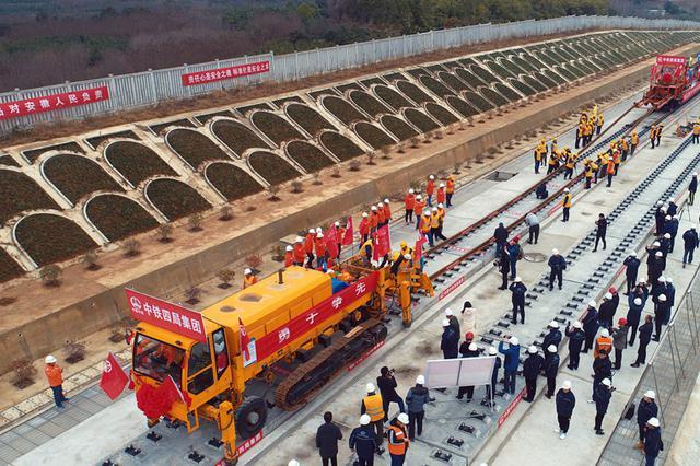 安徽肥西:合安高铁开始铺轨 预计明年3月31日完成