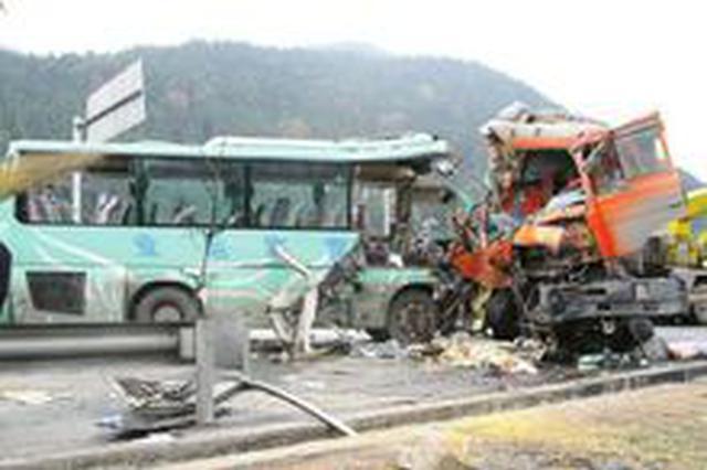 合肥一货车和客车迎面相撞 致8人死亡