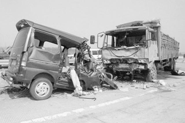 安徽一大货车与面包车相撞 面包车车头被削掉