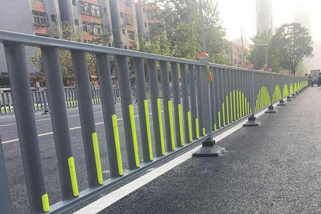 安徽一男子隔离护栏上玩平衡木 自称为测血压