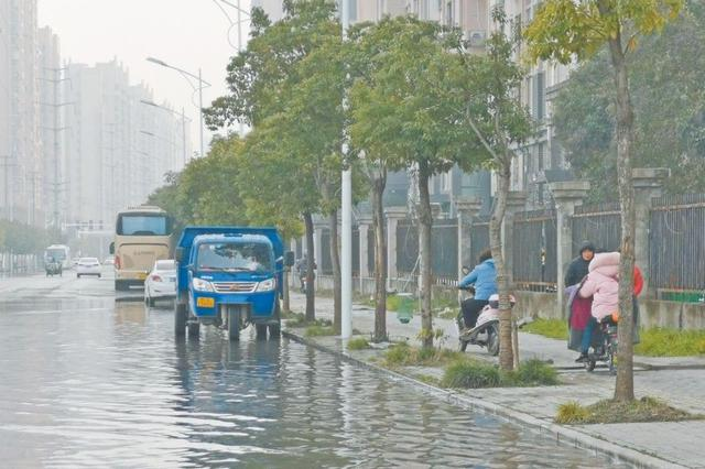 小区内外积水严重 居民盼清爽过年