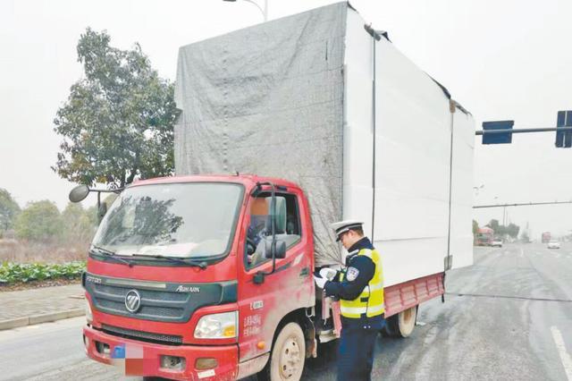 货车装的全是泡沫 严重超高超长被罚