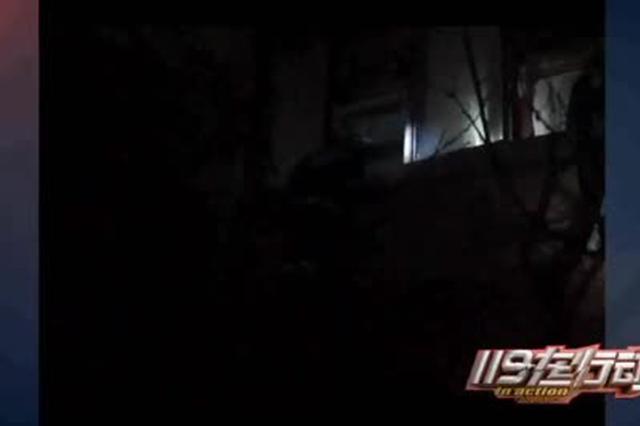 安徽蚌埠:六旬老人被困阳台三小时 消防紧急救援
