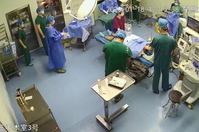 """安徽省二院护士跪地托住胎儿头部拼回""""一线生机"""""""
