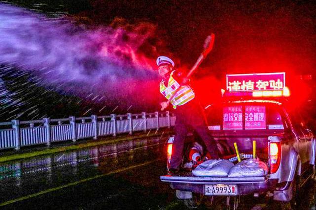 安徽庐江:寒夜除冰保畅通