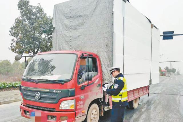 芜湖:货车装的全是泡沫 严重超高超长被罚