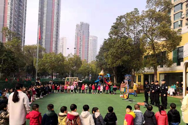春节前 合肥特警走进幼儿园宣传防拐骗知识