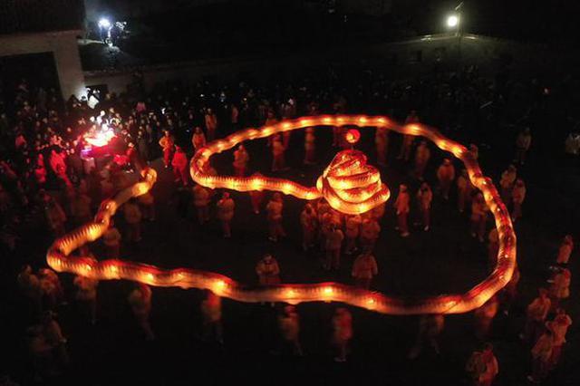安徽肥东:舞动洋蛇灯 喜庆迎新年