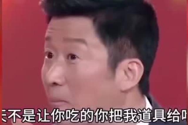 吴京录制安徽卫视春晚偷吃道具点心